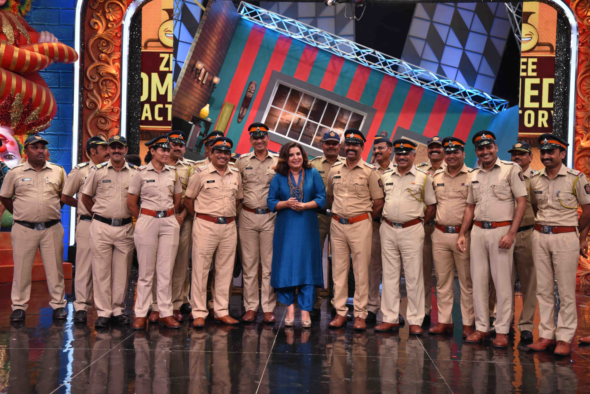 Farah-Khan-poses-with-the-Mumbai-Police-Force-who-visited-the-set-of-Zee-Comedy-Factory-scaled.jpg